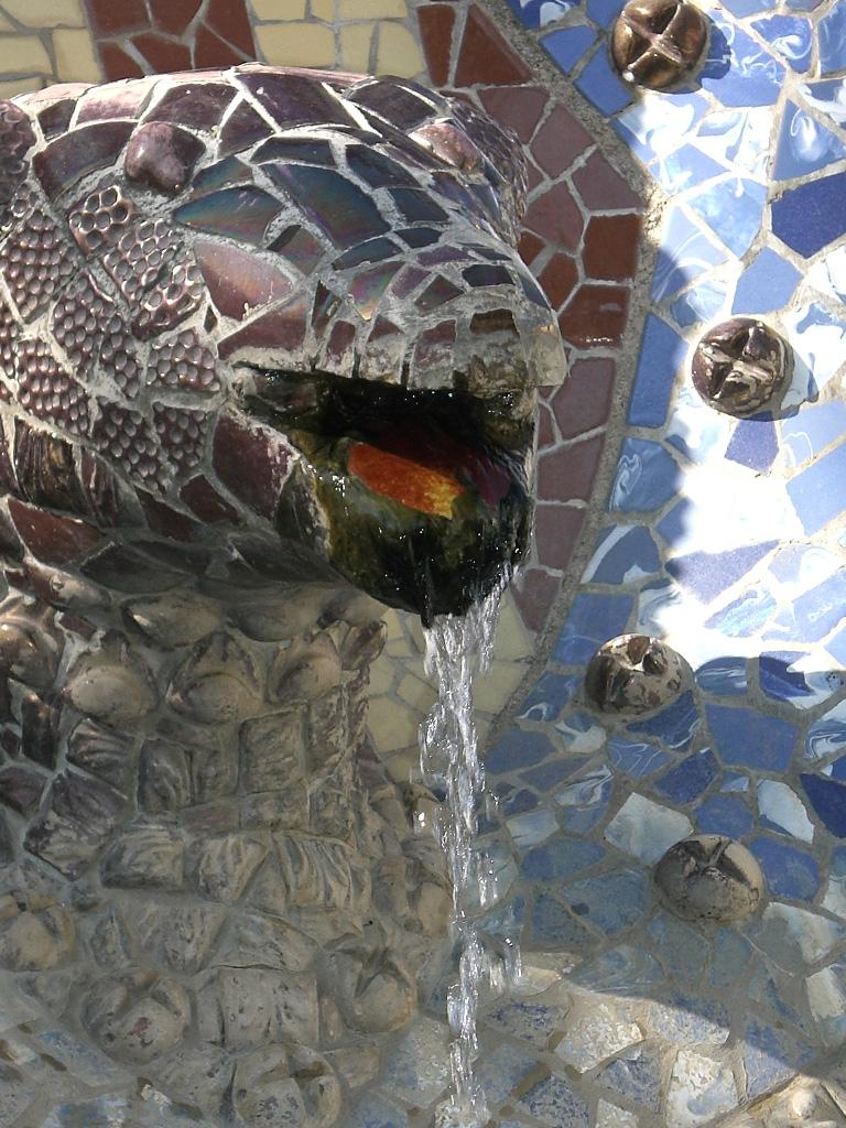 Drachenbrunnen am Eingang