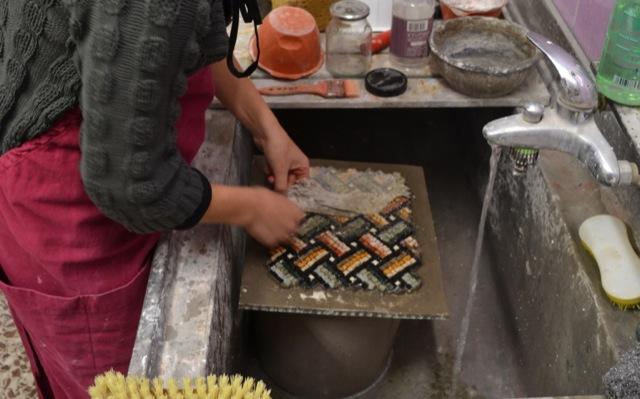 Kleber wird vom Mosaik gelöst