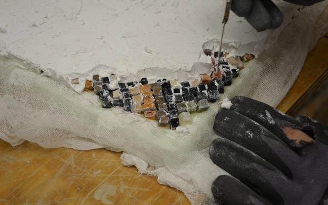 Lösen der Kalkschicht vom Mosaik.